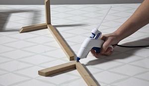 KROK IV - mocowanie dachu domku