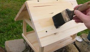 KROK III - Malowanie karmnika z drewna